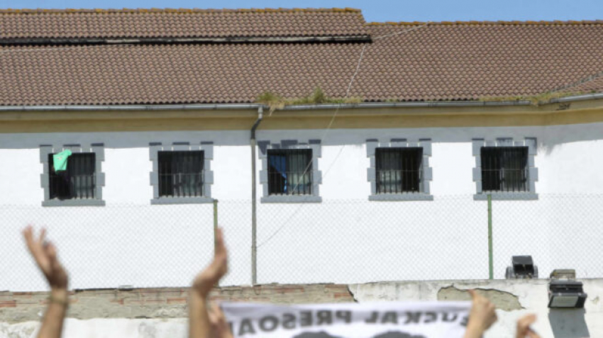 La mayoría de los 700 funcionarios de prisiones estudia pedir el traslado fuera de Euskadi